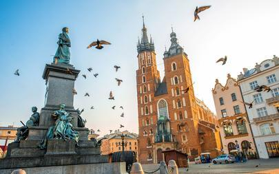 shutterstock_343535684-Old-city-center-view-with-Adam-Mickiewicz-monument_-St