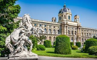 shutterstock_183384695-Naturhistorisches-Museum-_Natural-History-Museum_-with-park-and-sculpture-in-Vienna_-Austria