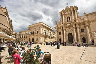 Italy-Sicily-Siracusa-Baroque-Piazza-Duomo-with-Cathedral3-L
